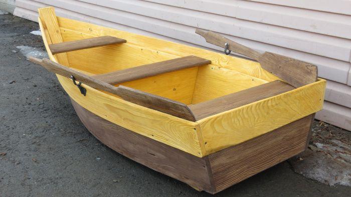 декоративная лодка в саду